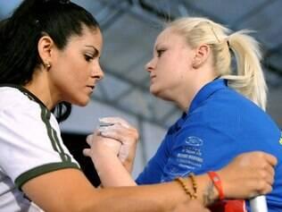 Clélia Goulart compete na luta de braço, esporte em que o Brasil tem destaque mundial