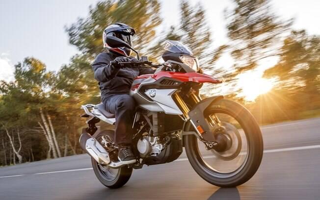 A característica mais marcante e inusitada da BMW G 310 GS é a posição invertida do motor monociclíndrico