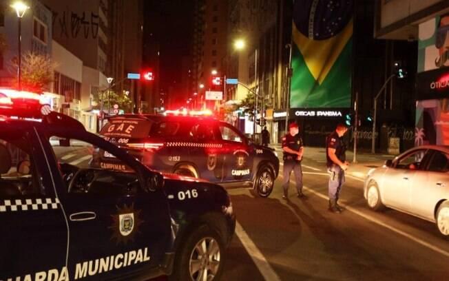 Vigilância de Campinas fecha 8 comércios e aborda 336 veículos em toque de recolher