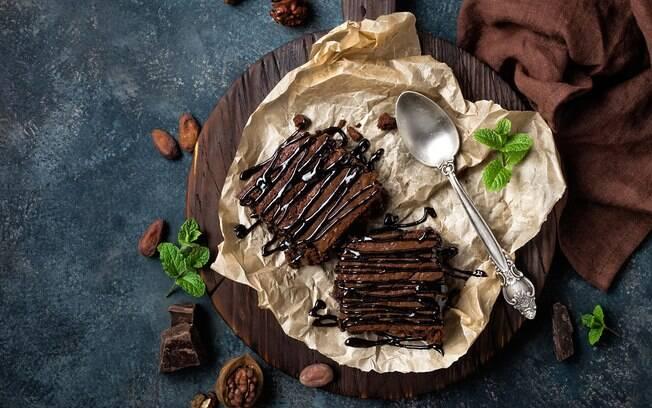 Brownie é uma das receitas mais indicadas quando o assunto é aquecer no frio. Veja outros pratos