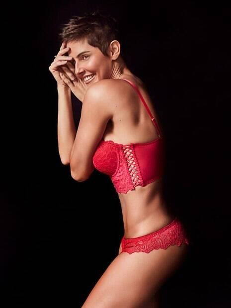 Deborah Secco posa de lingerie vermelha e deixa os seus fãs boquiabertos