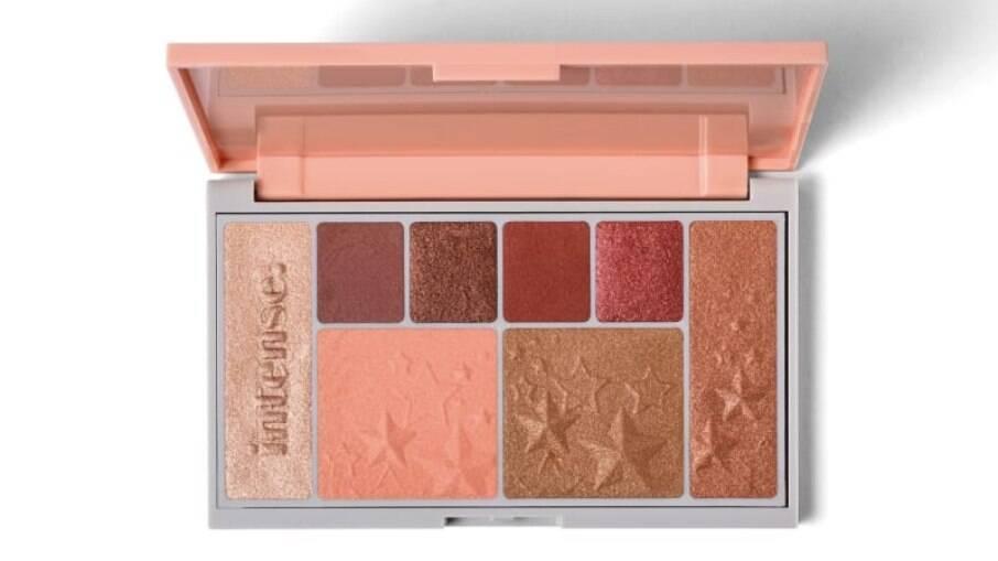 A palette traz 8 cores com tons rosé que podem ser usados por vários tons de pele e como iluminador, blush, bronzer e sombra.
