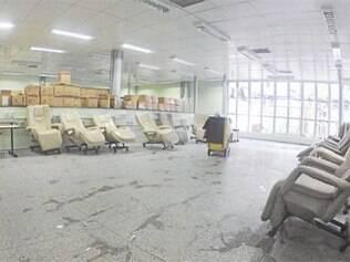 Mesmo com local amplo, cadeiras e equipamentos, parte do setor de hemodiálise permanece fechado para a população carente