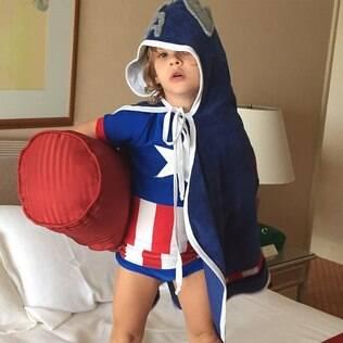 Adriane Galisteu mostra foto de Vittorio vestido de Capitão América