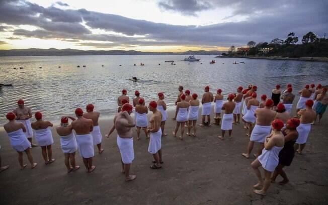 Mais de mil pessoas enfrentaram o frio nuas para comemorar o solstício de inverno com um mergulho na Austrália