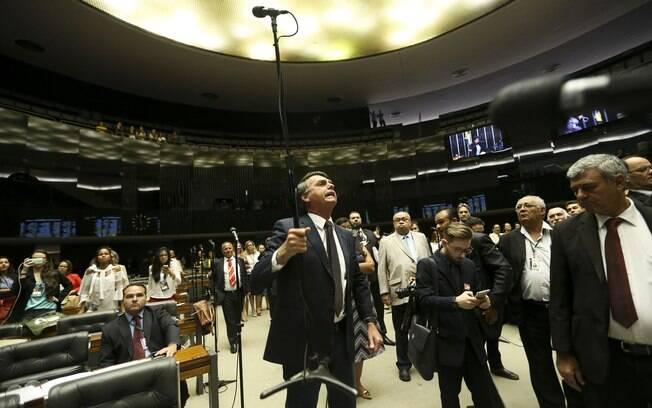 Bolsonaro chegou a levantar o pedestal dos microfones do plenário, provocando a movimentação de seguranças