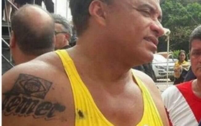 O deputado apareceu em evento de entrega de caminhões coletores de lixo com uma nova e polêmica tatuagem