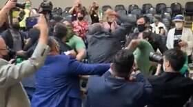 Grupo antivacina provoca briga na Câmara de Porto Alegre