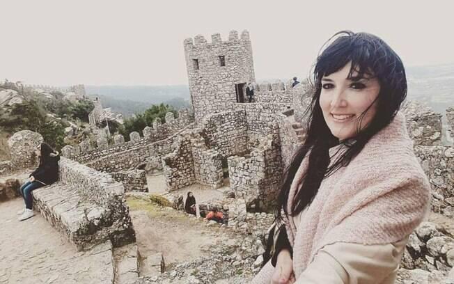 Camila sempre amou viajar. Ela conseguiu mudar de área profissional e hoje se sente realizada com o trabalho
