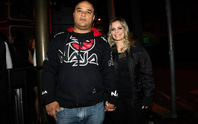Milene Domingues e namorado curtem show de Anitta em São Paulo