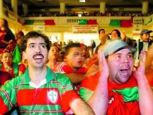 Sem distração. Torcedores portugueses vibram desacompanhados em partida entre Portugal e Grécia