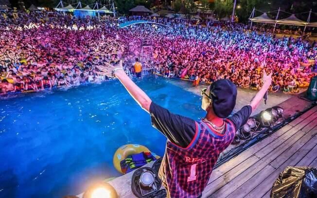 Milhares de pessoas lotaram um festival de música em Wuhan