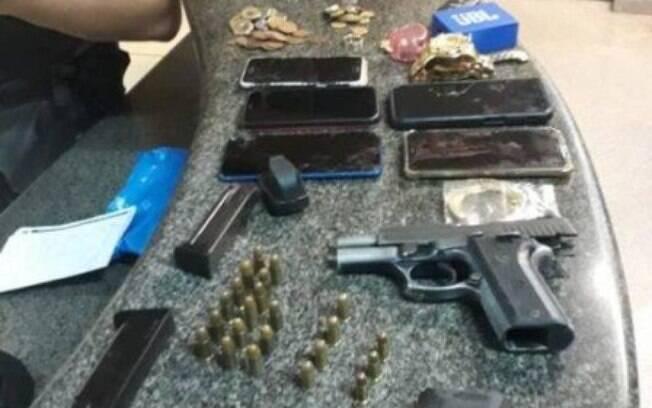 A Polícia Militar apreendeu duas pistolas, munição, os celulares das vítimas e R$ 39 mil.