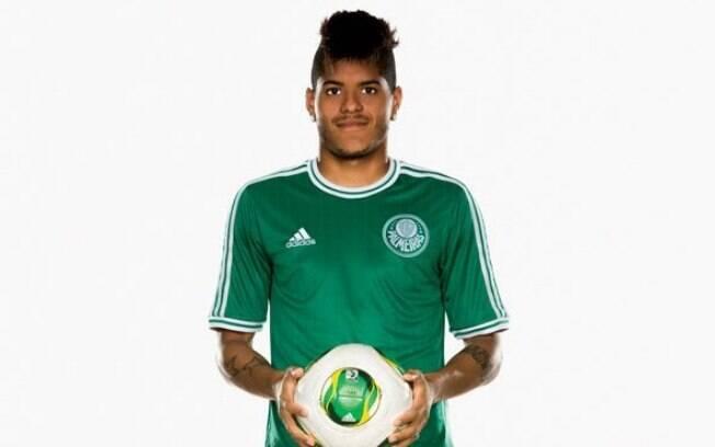 O atacante Leandro também serviu de modelo  com a nova camisa do Palmeiras