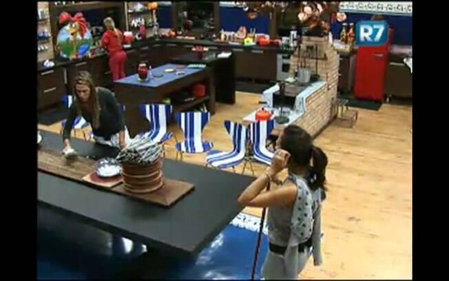 Joana e Taciane limpam a casa na manhã desta quinta-feira (04)