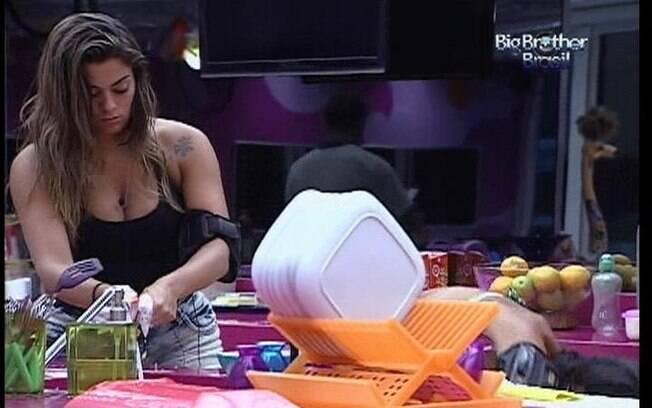 Monique lava as louças do almoço