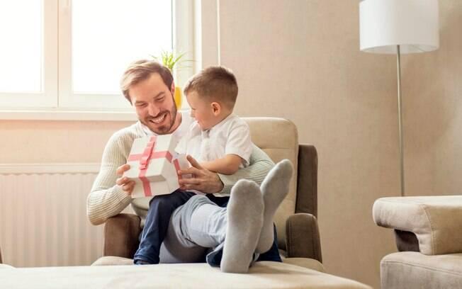 Que tal sugerir para a criança fazer o presente de Dia dos Pais? Além de mais econômico, o presente é único e personalizado