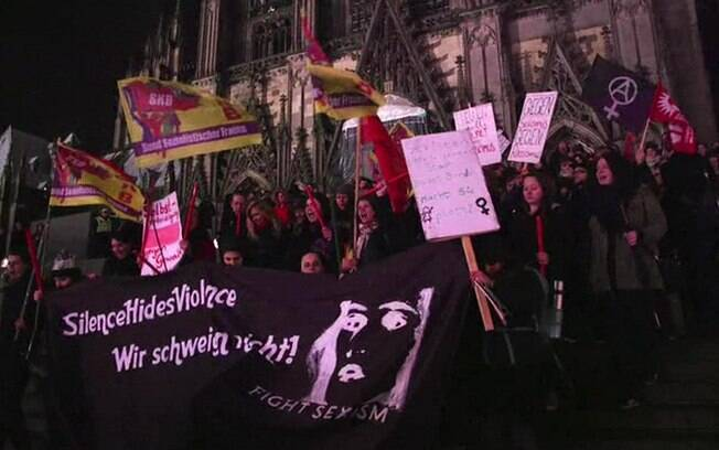 Manifestantes chegaram a protestar em Colônia após série de ataques a mulheres no Réveillon