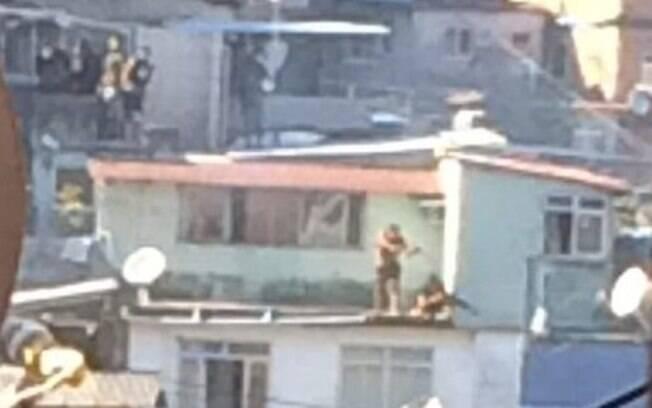 Traficantes tomam lajes de casas durante tiroteio na favela da Rocinha