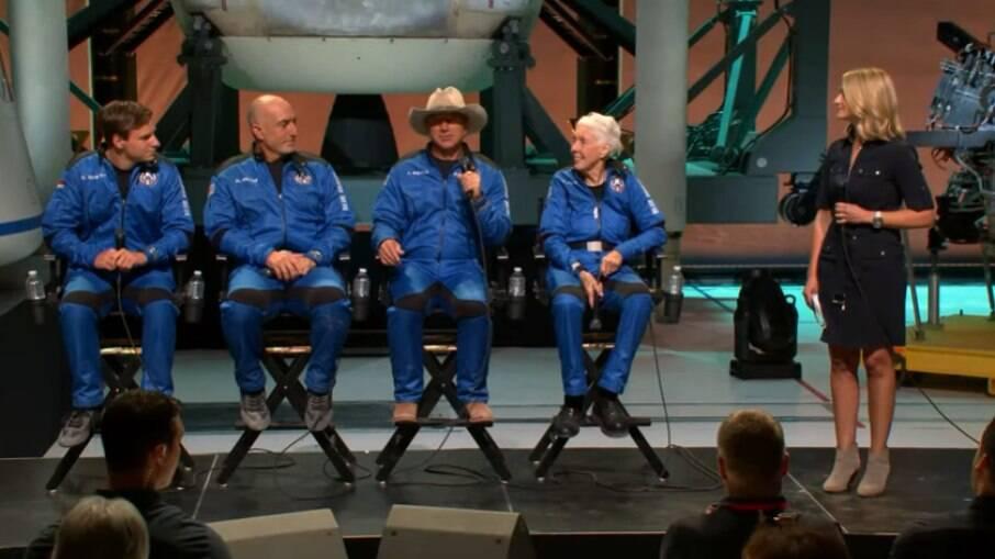 Jeff Bezos e a tripulação da New Shepard em coletiva de imprensa