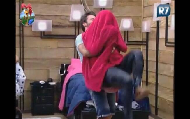 Marlon pega Valesca no colo e assusta a funkeira