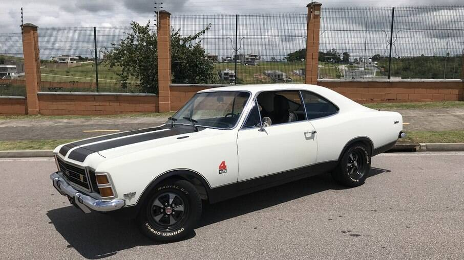 Opala SS4 de 1976 trocou o motor de 4 cilindros por V8 de 350 cv, vindo do Chevrolet Corvette