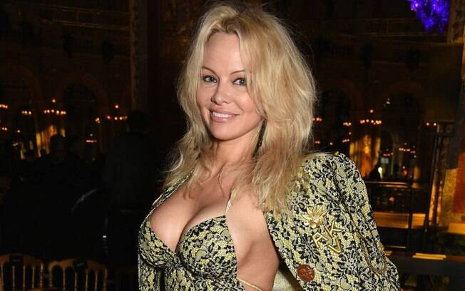 Pamela Anderson namora o zagueiro francês Adil Rami