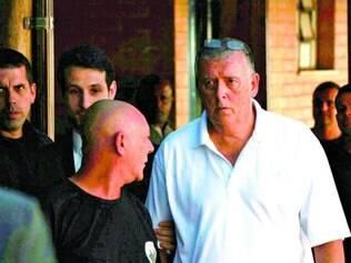 Cabelo raspado. Whelan (dir.) saiu da cadeia após 23 dias preso