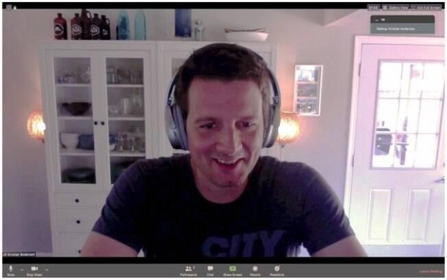 Professor Kristian Andersen com camiseta preta e fone durante chamada de vídeo