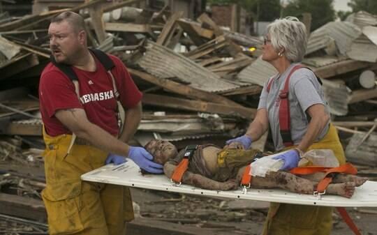 Moradores voltam à cidade atingida por tornados que mataram 2 nos EUA; assista - Mundo - iG