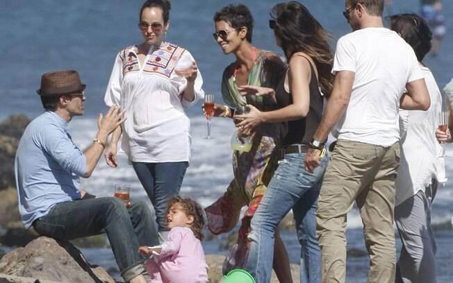 Halle Berry e os amigos curtem o domingo em uma praia de Malibu