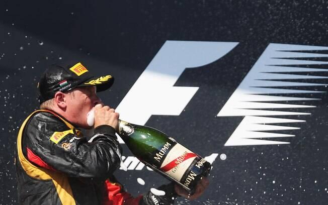 Kimi Raikkonen comemora segundo lugar na  Hungria com champanhe