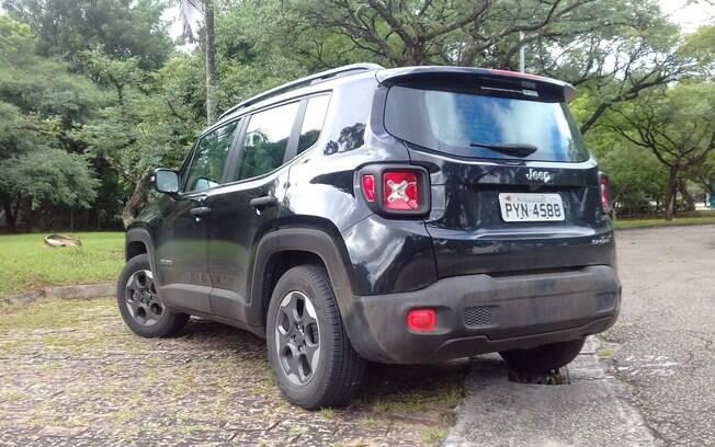 Para-choques sem pintura e rodas de aro 16 fazem parte do pacote básico do Jeep Renegade no Brasil