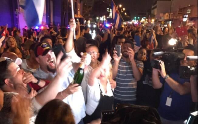 Enquanto alguns sorriem para as câmeras, outros dançam, choram de emoção e há ainda os que estouram garrafas de champanhe.