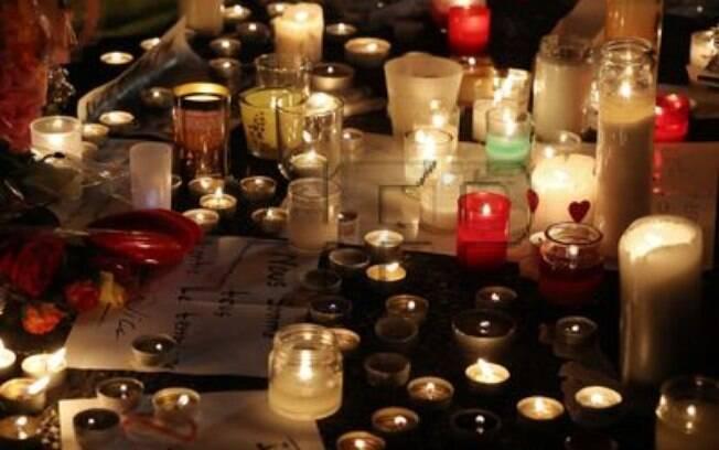 Populares prestam homenagens às vítimas de um atentado terrorista que matou 84 pessoas em Nice, na França