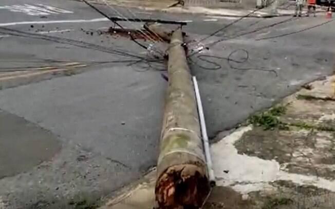 Poste de madeira quebra e desaba em bairro de Campinas