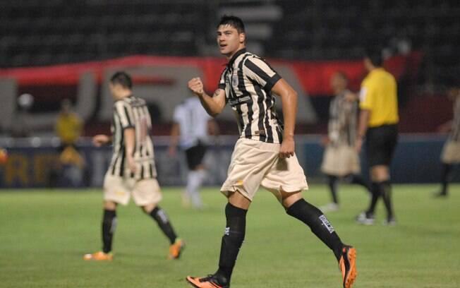 Pedro Tone comemora gol do Vitória