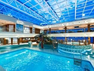 O MSC Preziosa conta com um piscina coberta de tirar o fôlego