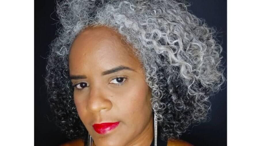 Por conta dos cabelos grisalhos, Irlana de Jesus Ferreira foi assediada moralmente no ambiente de trabalho, mas teve apoio do marido e da filha; ela criou um perfil no Instagram para compartilhar seu processo de transição