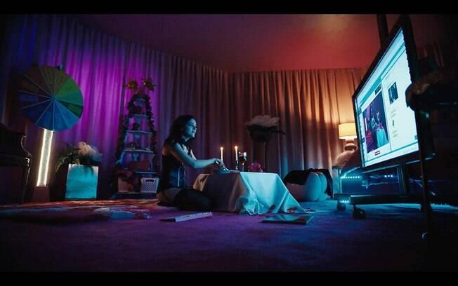 Madeline Brewer em cena de Cam, já disponível na Netflix
