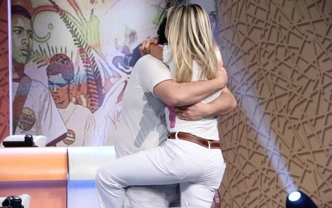 Flávia Alessandra e Tiago Abravanel se encontram nos bastidores