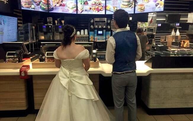 Eles fizeram o pedido, mas por estarem vestidos de noivos, receberam um atendimento especial