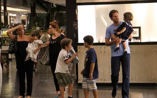 Giovanna Antonelli levou a família para passear no shopping, nessa sexta-feira (6), no Rio