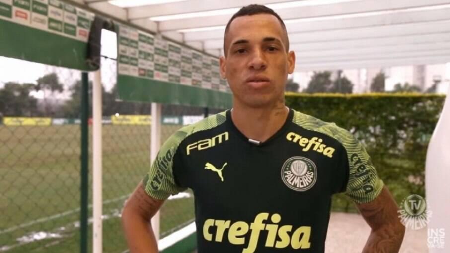 Breno Lopes se apresenta ao Palmeiras e diz: 'Uma emoção muito grande'