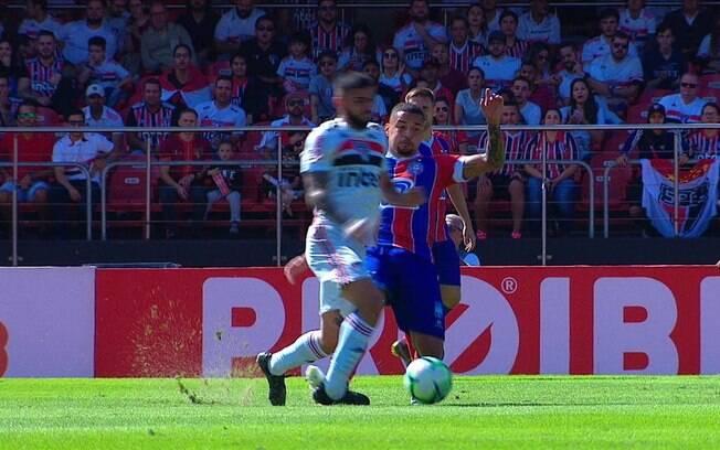 Contra o Bahia, Liziero levou uma falta duríssima, saiu do jogo e o atleta adversário nem amarelo levou