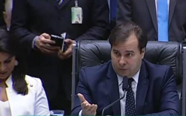 Em sessão nesta quarta, Rodrigo Maia afirmou que deputados tem a obrigação de encerrar o anúncio até o início da noite