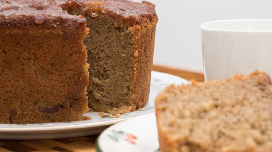 O bolo fit pode ser feito na airfryer e leva aveia, banana, passas e açúcar mascavo