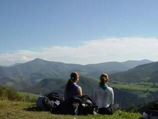Pausa na caminhada para contemplar as montanhas da região do Cebreiro