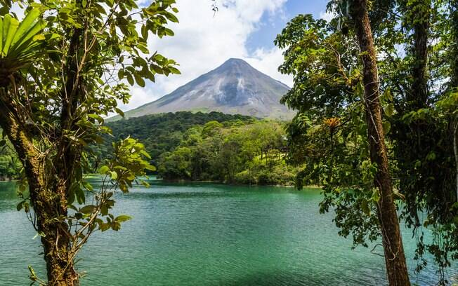 O vulcão Arenal é um dos vulcões na Costa Rica e é uma atração turística indicada para quem curte ficar na natureza