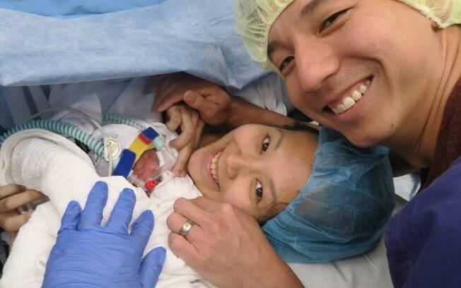 As irmãs gêmeas nasceram de 28 semanas e precisaram ficar um tempo na UTI para se recuperar até se conhecerem